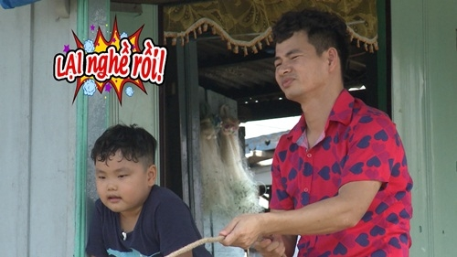 Bố Xuân Bắc lại kheo tài làm nghề kéo thuyền đến Bi cũng phải ngán ngẩm với bố.