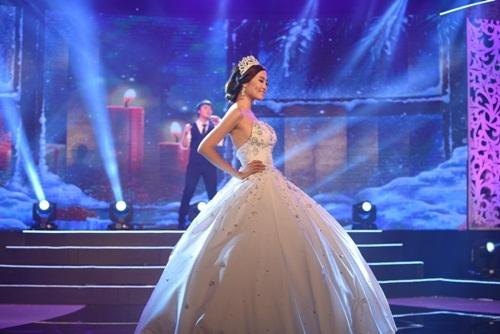 Choáng với chiếc váy cưới kết 1 triệu viên đá dài 2m
