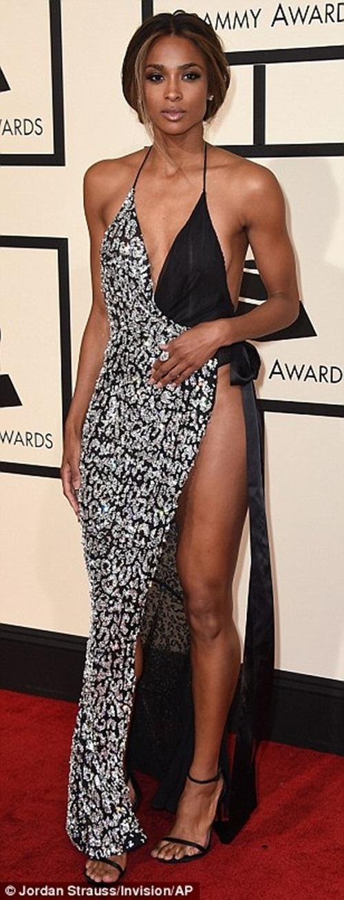 Ciara diện trang phục không nội y khá táo bạo trên thảm đỏ. Với chiếc váy cắt xẻ sâu, cô khiến nhiều người phải