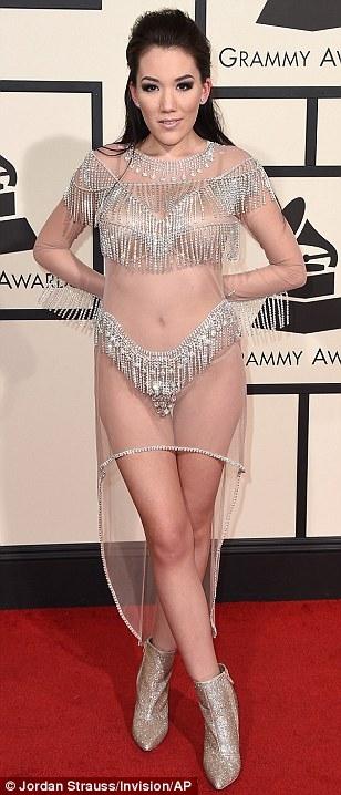 Manika diện nội y trên thảm đỏ Grammy. Chiếc váy ren trắng mặc như không mặc của cô khiến nhiều người thảng thốt.
