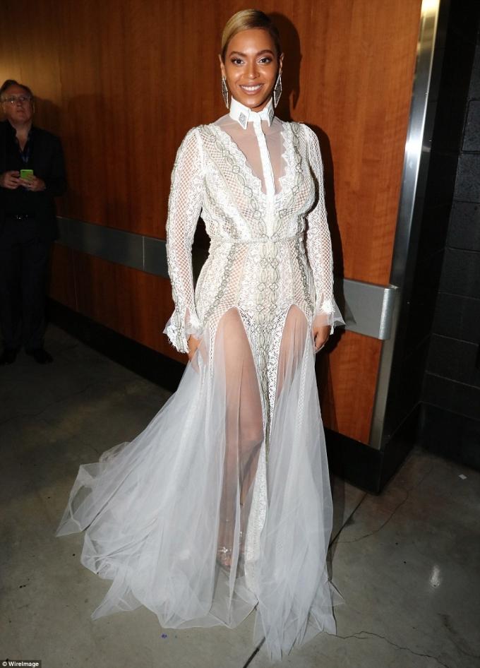Beyonce mặc chiếc váy khá nổi bật màu trắng.
