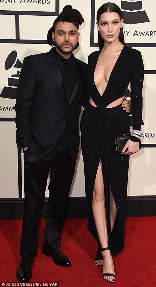 The Weeknd và người mẫu Bella Hadid diện trang phục màu đen. Bella Hadid khoe đường cong với chiếc váy cắt xẻ sâu ở ngực.