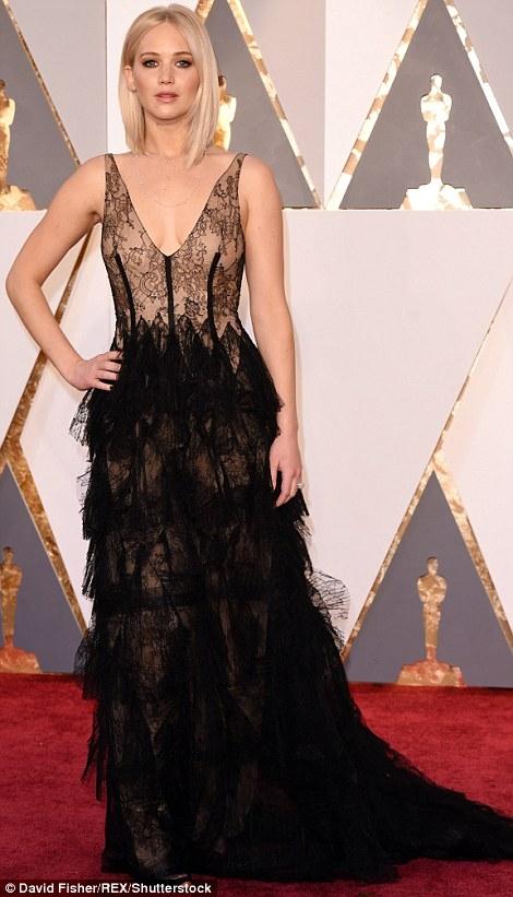 Jennifer Lawrence diện trang phục xuyên thấu đến tranh tài hạng mục nữ diễn viên chính xuất sắc nhất của Oscar 2016.