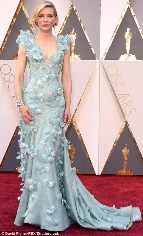 Cate Blanchett kỳ quặc trong chiếc váy màu xanh nhạt được trang trí bằng hoa lông vũ.