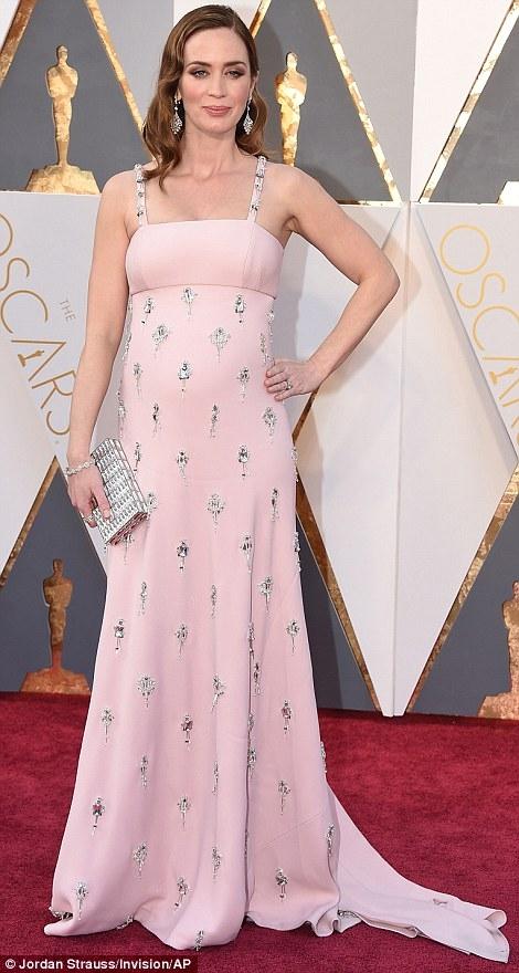 Dù mang bầu nhưng Emily Blunt vẫn không quên xinh đẹp tại giải Oscar 2016. Cô diện chiếc đầm 2 dây đơn giản nhưng vẫn vô cùng sang trọng.