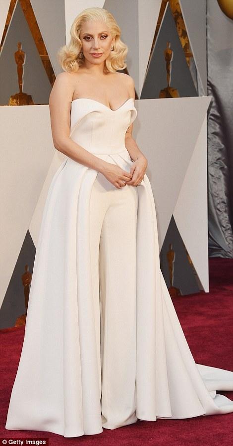 Lady Gaga diện bộpantsuit cúp ngực khoe vai trần và vòng 1 hững hờ.
