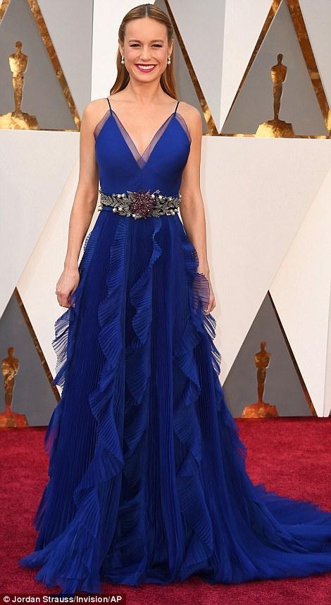 Diễn viênBrie Larson tuyệt đẹp trên thảm đỏ với chiếc váy màu xanh đậm.