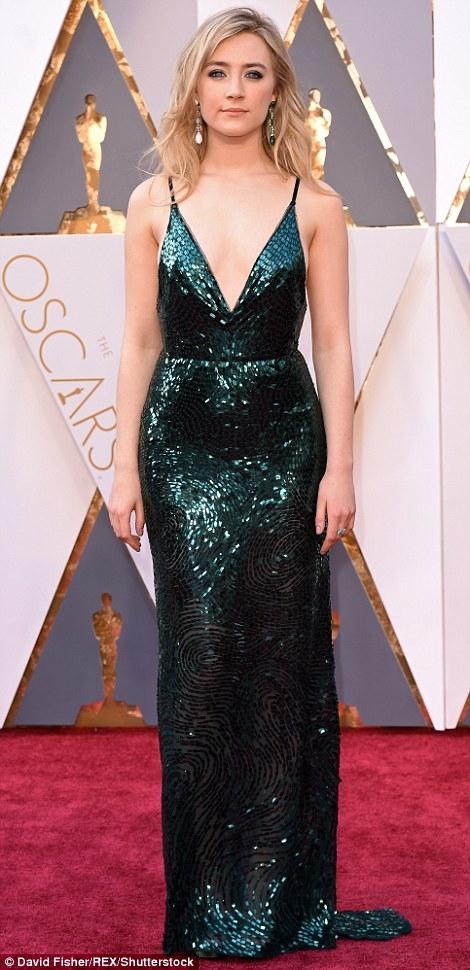 Saoirse Ronan xinh đẹp, gợi cảm hút ánh nhìn mọi người.