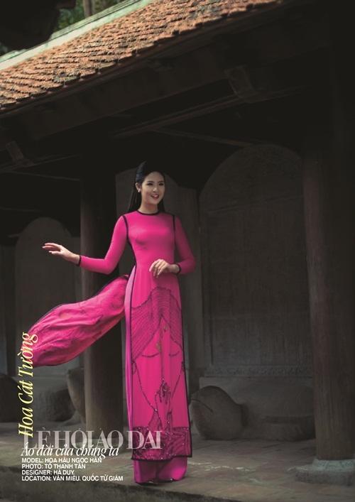 Hoa Cát Tường - ngot ngào, đằm thắm, quý phái, may mắn sẽ được thể hiện qua mẫu áo dài của Hà Duy. Trong đó, NSƯT Thanh Tú đóng vai trò model trình diễn thiết kế này.