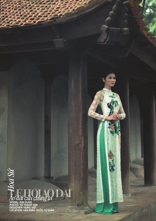 Thiết kế của Hùng Việt lấy ý tưởng từ hoa sứ thể hiện sự tinh khiết và khởi đầu mới. Người trình diễn thiết kế này là Giám đốc trung tâm văn hóa Nga Zubtsova Elena Robertovna.