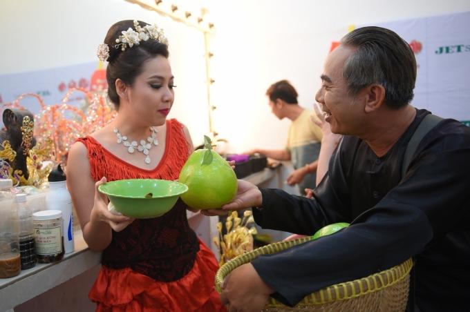 Chí Tài, Lê Khánh, Đại Nghĩa được nghệ sĩ Trung Dân mời mua bưởi.