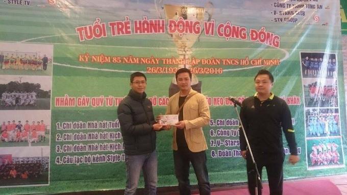 Nhà báo Trần Cao Nguyên - Phó Chủ tịch CLB FC Phóng viên Việt Nam (bìa trái) trao số tiền 3 triệu đồng hỗ trợ cho Quỹ từ thiện giúp đỡ nghệ sĩ nghèo neo đơn, có hoàn cảnh khó khăn.