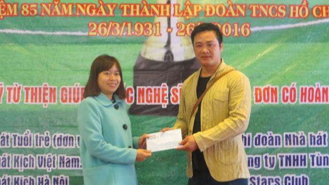 Anh Quang Ánh - Đại diện Quỹ từ thiện giúp đỡ nghệ sĩ nghèo neo đơn, có hoàn cảnh khó khăn nhận quỹ hỗ trợ từ nhà báo Lưu Huệ (bìa trái) đến từ tòa soạn Pháp luật Plus.