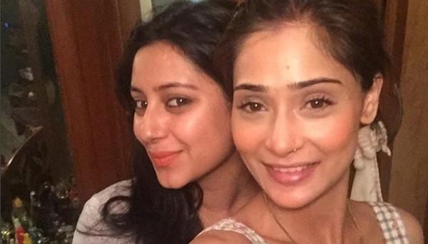Pratyusha Banerjee và Sara Khan. Ảnh: Bollywoodlife.