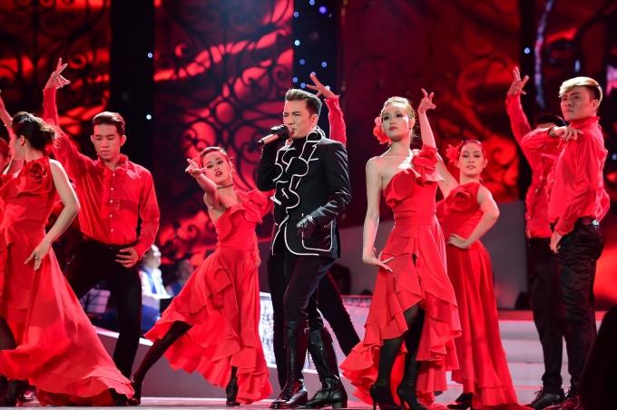 Ông hoàng nhạc Việt là một trong những khách mời trong liveshow Mạnh Quỳnh.