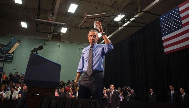 Tổng thống Obama uống một cốc nước ở Flint để trấn an dư luận, sau khủng hoảng nước nhiễm chì.