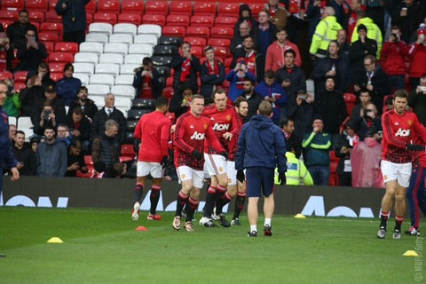 Các cầu thủ Manchester United khởi động trước giờ bóng lăn