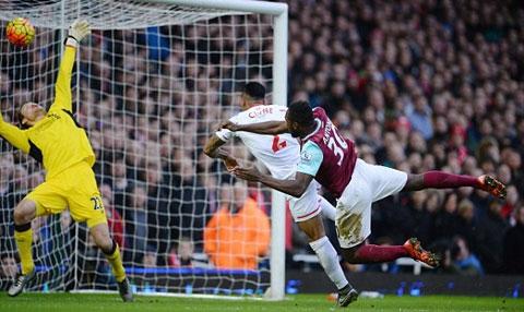 Antonio bật cao đánh đầu mở tỉ số cho West Ham