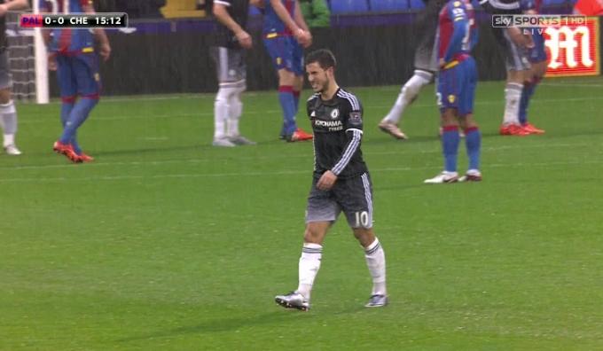 EdenHazard tỏ ra đau đớn khi rời sân