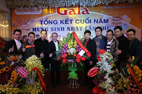 Lãnh đạo FC Phóng viên nhận hoa chúc mừng từ FC Báo chí Nam Định.