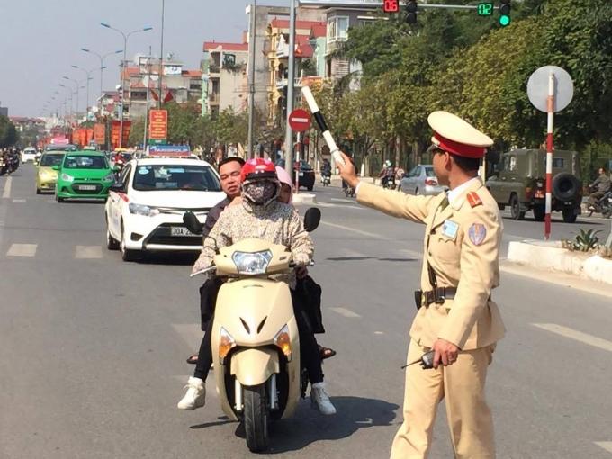 Một chiến sĩ của đội CSGT số 9 tiến hành dừng phương tiện vi phạm.