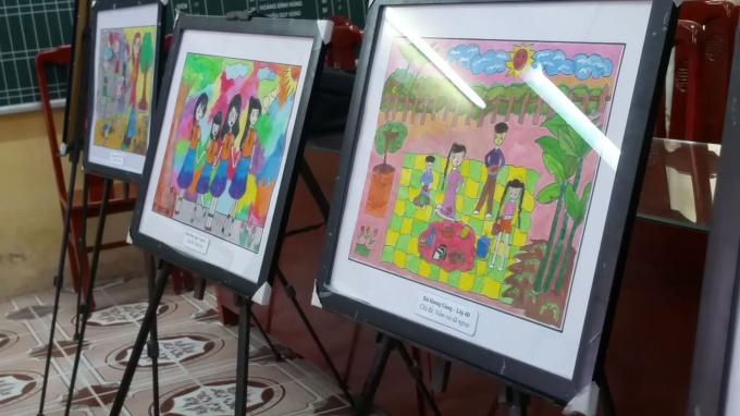 Bên cạnh đó, nhiều bức tranh rất ý nghĩa do các em học sinh tự vẽ cũng được trưng bày, đấu giá... nhằm quyên góp, chia sẻ với những bạn có hoàn cảnh khó khăn khác.