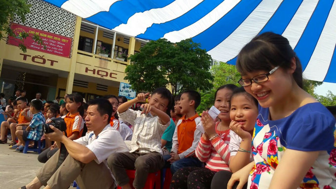 Rất đông trẻ nhỏ cùng người lớn tham gia buổi hoạt động ngoại khóa này, đều cảm thấy vui và hài lòng với các tiết mục do các em học sinh biểu diễn.