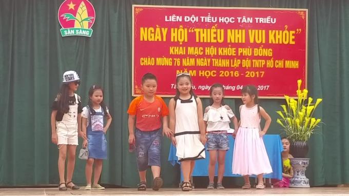 Tiết mục biểu diễn thời trang do các em học sinh lớp 2C - trường tiểu học Tân Triều thực hiện.