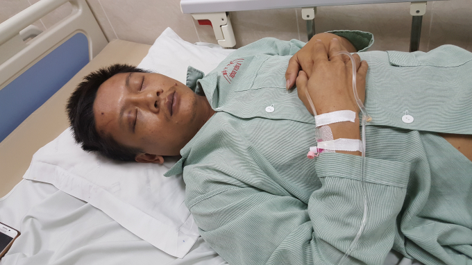 Anh Nguyễn Khắc Phượng phải nằm điều trị và truyền nước tại nhà D - Bệnh viện E.