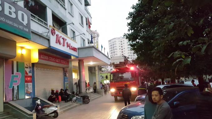 Một xe thang cùng 3 xe chữa cháy có mặt tại hiện trường ngay sau khi nhận được tin báo.