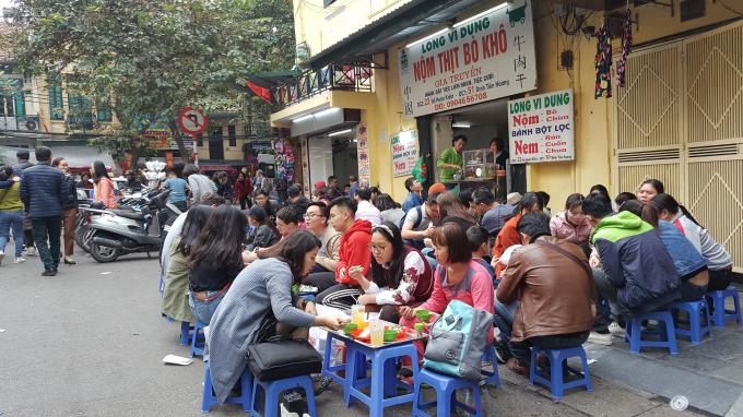 Thưởng thức nem, nộm đặc trưng phố cổ Hà Nội.