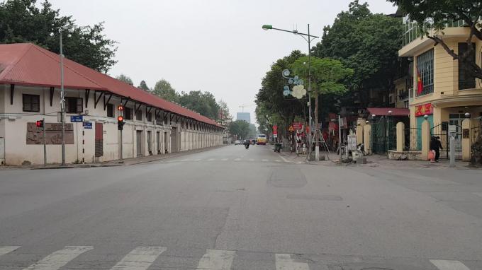 Tại phố Nguyễn Thái Học giao cắt Trịnh Hoài Đức xe Bus vẫn hoạt động bình thường nhưng lượng khách vắng vẻ.