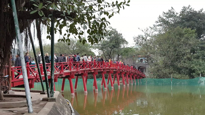 So với Chùa Trấn Quốc, tại Đền Ngọc Sơn (Hồ Gươm) lại tấp nập người tham quan...