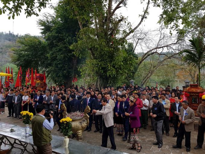 Đông đảo nhân dân và khách thập phương hào hứng tại Lễ hội.