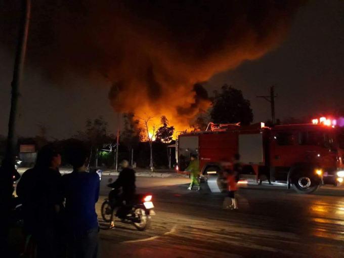 Sau tiếng nổ lớn là ngọn lửa cùng cột khói bốc lên nghi ngút.
