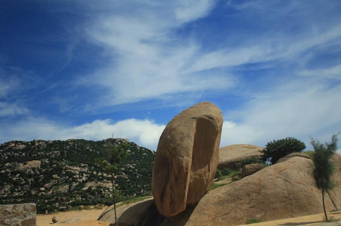 Đến với Vĩnh Hy, du khách có thể bắt gặp những tảng đá dựng đứng như được bàn tay tài hoa nào đó đẽo gọt và sắp đặt.