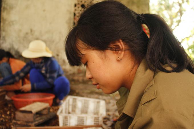 Em Như (16 tuổi) tranh thủ được nghỉ học buổi chiều, em phụ bà xoáy long.