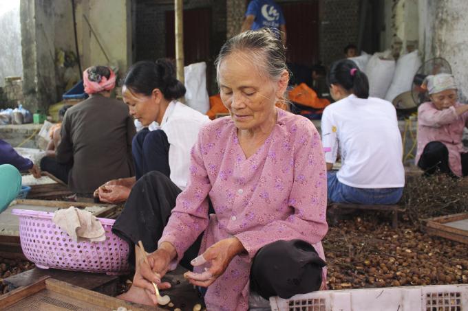 Bà Thanh (70 tuổi) mặc dù đôi tay không còn được linh hoạt như các thanh niên, cái lưng ngồi lâu lại hay đau nhức nhưngbà vẫn đi xoáy long như một niềm vui lúc tuổi già.