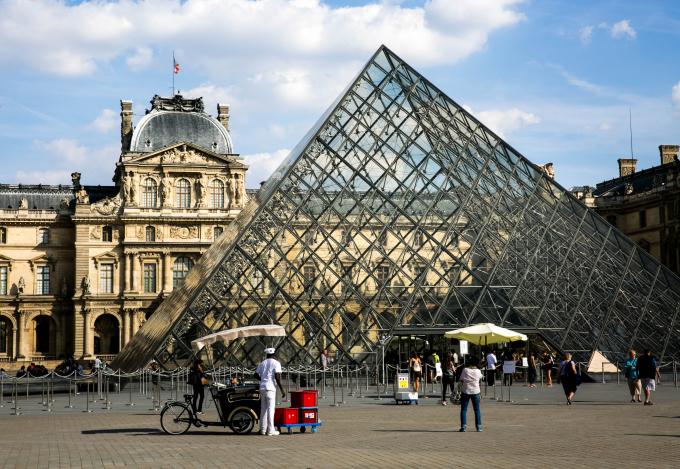 Kim tự tháp kính Louvre được xây dựng từ năm 1983 cũng là một cửa ra vào quan trọng của bảo tàng, mặc dù mang đường nét và chất liệu hiện đại nhưng đã rất hài hòa với lâu đài cổ.