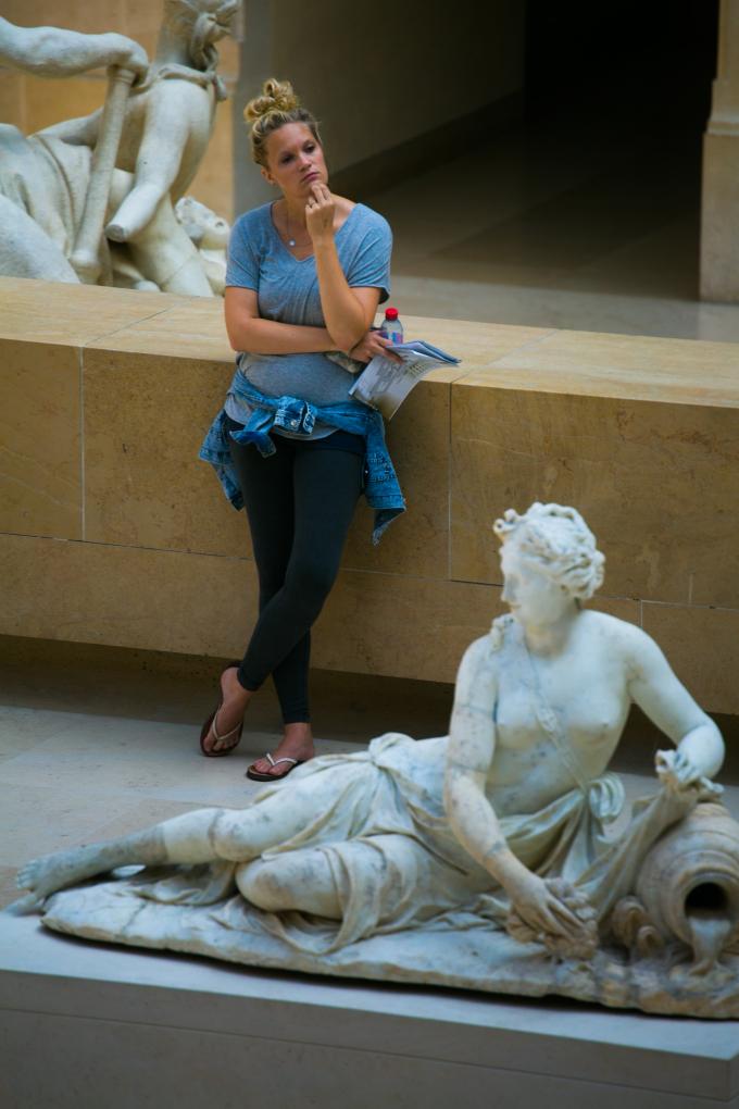 Vẫn có những góc nhỏ yên tĩnh để các chàng trai cô gái tự so sách mình trước vẻ đẹp con người từ các tác phẩm điêu khắc.
