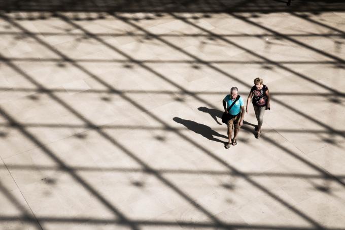 """Du khách dưới sảnh bảo tàng lạc trong bóng nắng kim tự tháp kính như đang bước vào một không gian """"ảo diệu"""" đầy cảm xúc của những không gian nghệ thuật."""