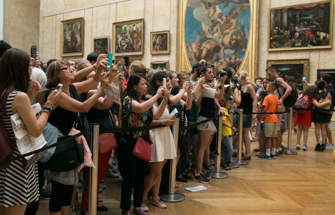 Trước bức họa nàng Mona Lisa của danh họa Ý Leonardo da Vinci luôn có hàng trăm khách viếng thăm.