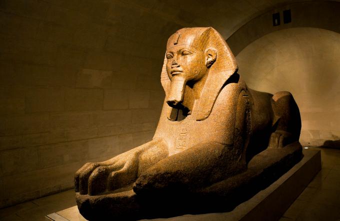 Các tượng đá nhân sư có nguồn gốc từ các nhân vật điêu khắc thờiCổ Vương quốcAi Cập, thay vì canh giữ các ngôi đền xưa kia nay đang đón khách tham quan tại các phòng trưng bày.