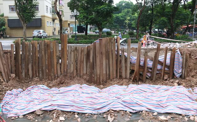 Một điểm sạt lở dài khoảng 20 m. Đường Nguyễn Cơ Thạch khánh thành năm 2008, là đường mới mở nối hai khu đô thị Mỹ Đình I và Mỹ Đình II.