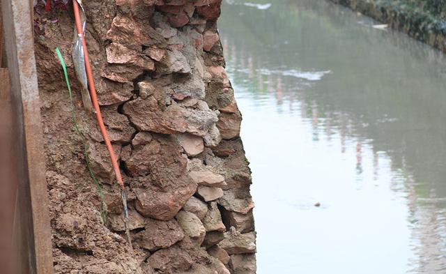 Người dân sinh sống gần khu vực cho biết, ban đầu những vết sạt lở chỉ xuất hiện rất nhỏ, nhưng những ngày qua do mưa lớn kéo dài nên đất ngày càng sụt lún nghiêm trọng.