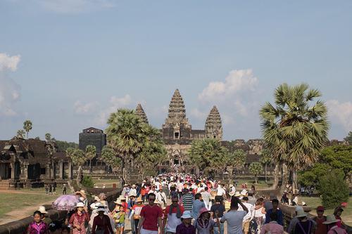 Hơn 10.000 bức ảnh đã được gửi để tham gia triển lãm. Hầu hết đều phản ánh về đất nước, con người, văn hóa, xã hội, kinh tế và các hoạt động hợp tác giao lưu giữa các nước trong khối ASEAN. Ảnh trên chụp tại Angkor của một tác giả Campuchia.