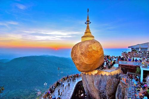 Lượng nhiếp ảnh gia Việt Nam có ảnh triển lãm cũng chiếm đa số với 61 trên tổng số 136 tác giả. Ảnh trên chụp tại chùa Đá Vàng, Myanmar.