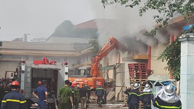 Địa điểm cháy là kho hàng của Công ty cổ phần tư vấn thiết kế VNT6, chứa rất nhiều loại hàng hóa. (Nguồn ảnh: vietnamnet.vn)