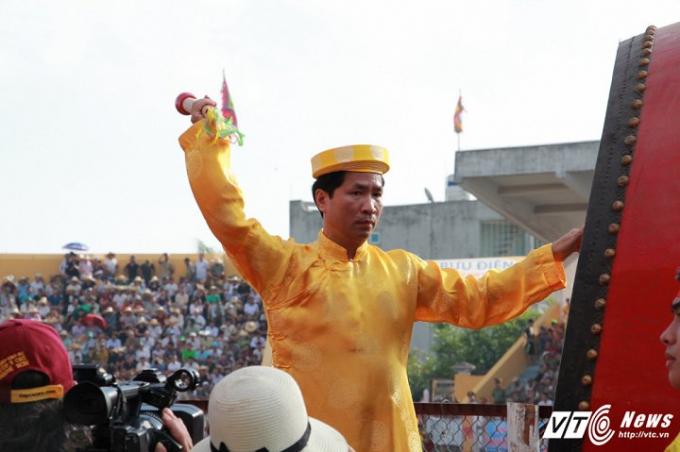 Chủ tịch UBND quận Đồ Sơn đánh trống khai hội.