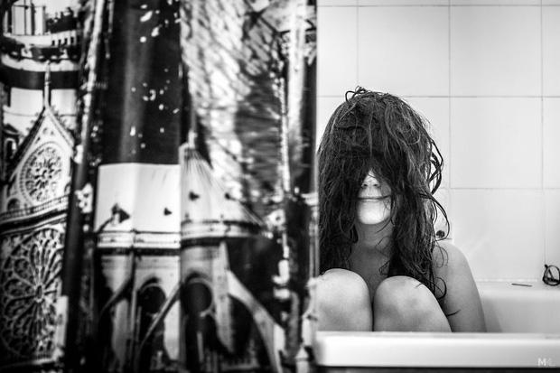 3. Mái tóc dài, sự cẩn trọng khi tắm là thế mạnh của cô, dù có núp sau tấm rèm thì cũng vậy thôi. Nhưng không sao, lần này đã có mũi và miệng.